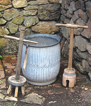 Ridged metal barrel-shaped dolly tub, 2 wooden dollies