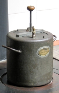 cylindrical pressure cooker with screw fittings